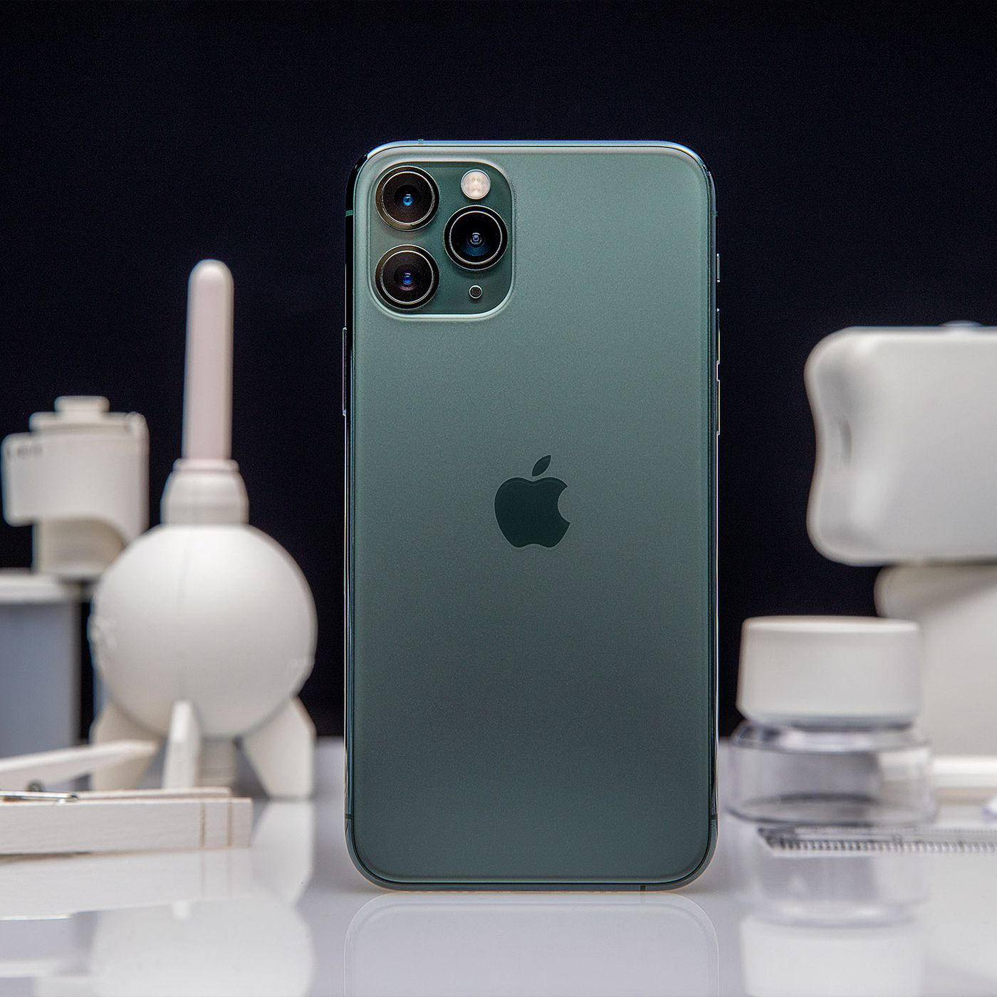 apple iphone 11 pro max review camera battery life screen midnight green price